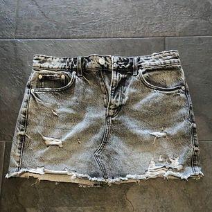 Grå jeans kjol med slitningar, från Zara, 149kr eller högre bud! I fint skick! Storlek M men passar S lika bra, Köparen står för frakt!📦