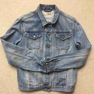Perfekt Jeansjacka från topshop med boyfriend fit! köparen betalar frakt! (99kr) Kan även mötas i Stockholm. Första bilden visar färgen bäst.