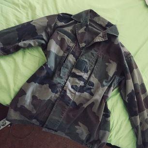 Tunn camouflagejacka som passar stl M/L, om man inte vill ha den lite hängigare, då passar den även S. Skön vårjacka eller till sena sommarkvällar