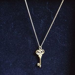 Guldplatterad nyckel smycke. (äkta silver).        ❗ Kan säljas med kedjan också, vid intresse pm:a mig 🥰