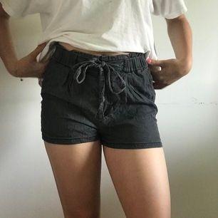 ett par gråa shorts i kostymmaterial. tillkommer ett skärp som är avtagbart. bra skick.