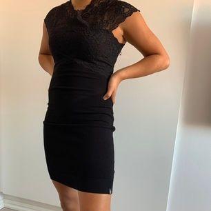 Fin svart klänning från Koucla, säljer för 100 kr + frakt. Jag är 157 cm.