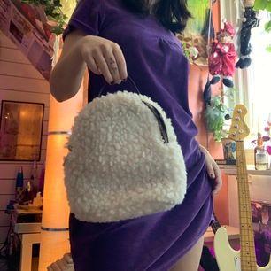 Söt liten handväska som går att göra till en ryggsäck med! (Finns spännen att sätta väskband)
