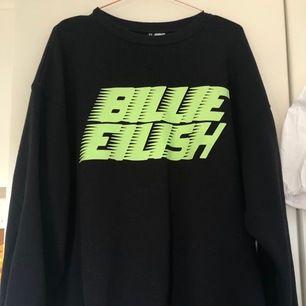 Sweatshirt med Billie Eilish tryck. Trycket är neon grönt. Sällan använd. Frakt tillkommer. Priset är förhandlingsbart.