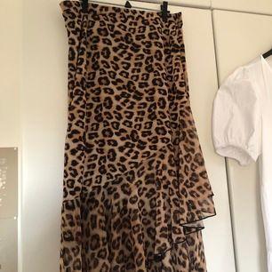 En lång fin kjol med leopard print. Den är luftig och lite omlott känsla. Super fin till sommaren. Den är liten i storleken. Frakt tillkommer. Priset går att förhandla.