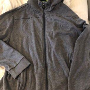 En äkta Hugo Boss hoodie, köpt på mansavdelingen, Storlek L skulle jag tippa på. Jätte fint skick ❤️