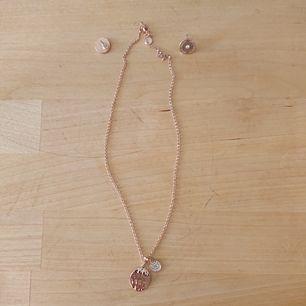 Örhängen + halsband. Aldrig använt så i mycket bra skick. Från Snö Of Sweden.