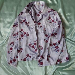 Fin & skön skjorta med fin spetskant i ärmarna och på bröstfickan. Kan skickas, köparen betalar frakt.