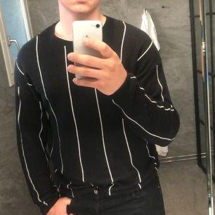 Säljer min jättesköna jack&jones tröja eftersom att jag tröttnat på den. Möter helst men kan frakta