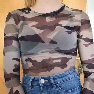 Tröja i kamouflage mönster med mesh material! As snygg men används aldrig :(! Använd några gånger förra sommaren men perfekt skick! Köparen står för frakten eller så möts vi upp i Göteborg!