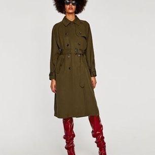 Supersnygg trenchcoat från Zara. Oversize passform och tunnt tyg så den passar perfekt som sommarjacka. Storlek XS.