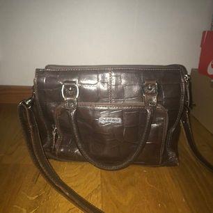 """Handväska i lite mörkt brunt läder/skinn från """"The monte"""". Axelbandet går att ta av. Vet ej vilken typ av skinn det är men går säkert att kolla upp. Köpt på rea för ca 1300kr. Frakt ingår 🌸"""