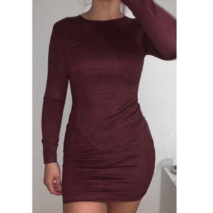 Röd/lila klänning (figursydd) säljer eftersom den aldrig kommer till användning