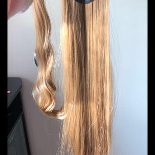Löshår hästsvans i en aning mörkare blond färg. Enkel att sätta på och sjukt verklighetstrogen. skickas med frakten inkluderat i priset såklart 🥰 60 cm, hjälper en kompis att sälja❤️