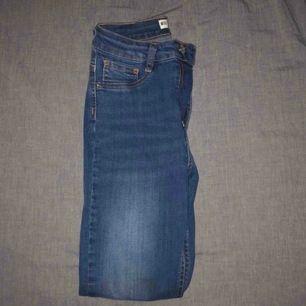 Blåa jeans från Gina tricot i modellen Molly. Säljer eftersom de inte passar mig, aldrig använt dem.