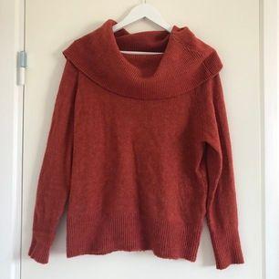Stickad tröja som kan bäras både med stor krage eller som off-shoulder. Passar perfekt en kylig sommarkväll eller till hösten. Den är använd några gånger men är fortfarande i fint skick.
