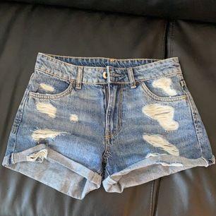 Säljer fina jeansshorts i storlek 32/xs.