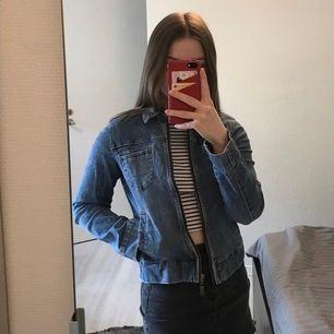 Blå jeansjacka från Crocker. Storlek 160 men passar mig som har XS/34 och kan nog också passa XXS/32. Fint skick! Fraktkostnad tillkommer