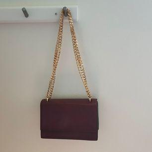Mörkröd väska från mango. Perfekta band för axelväska eller cross body. Använd fåtal gånger, har för mycket väskor.