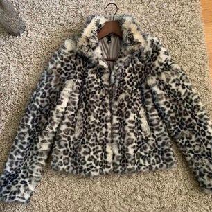 Teddy jacka från Zara med leopard mönster i väldigt sköna material fint skick!🌸 BUD:250kr inkl🚚🚚🚚