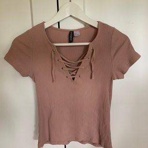 Rosa/beige T-Shirt. 100kr inklusive frakt.