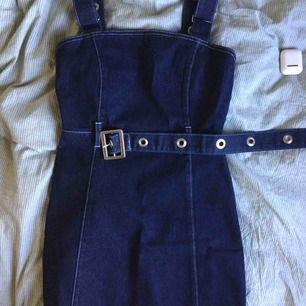 En jättefin jeans klänning från cullosion som är helt oanvänd. Köpt på Asos. Nypris 500 kr. Den har väldigt fin passform och sitter bra på en S/XS. Kommer såklart med skärpet också som även det är väldigt snyggt