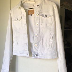 Super fin vit jeansjacka, användt 1 gång så är i mycket bra skick, lite brunt inuti jackan pga av brun utan sol men ingen som syns på utsidan och går bort i tvätten