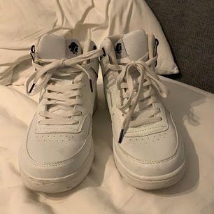 snygga vita sneakers från leon i storlek 38