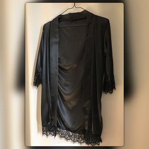 Säljer min kimono pga fel storlek, endast testad. Nypris 250kr, frakten hamnar på 44kr 💌