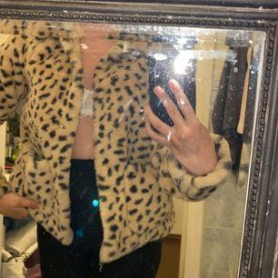 Leopard jacka i storlek xs
