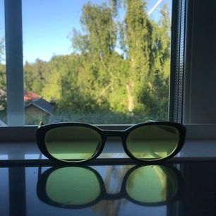 Snygga brillor med gult/genomskinligt glas. Frakt tillkommer.