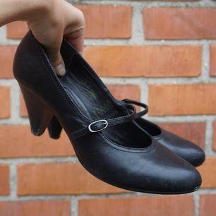 Använda några gånger så är lite slitna och leriga, men om man bara putsar skorna lite med svart skokräm så kommer de se ut som nya! 😎