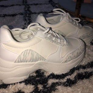 Snygga skor med zebra och leopard print. Köpta på boohoo! Aldrig använda och storlek 38 😊