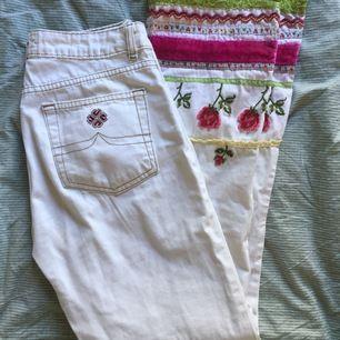 Ett par vita jeans med kontursömmar och jättefina detaljer på nedre byxbenen. Passar mig perfekt som är strl S. Säljer pga det är inte riktigt min stil längre. Köpta på humana nypris 300 kr.