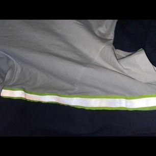 Vit t-shirt med reflexer, säljer då den inte kommer till använding. Andvänd 1 gång på konsert förra året. Frakt tillkommer 💚💚💚