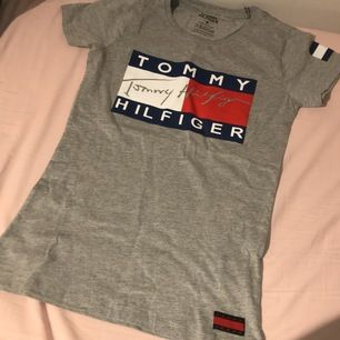 Tshirten är 100% cotton den är ej använt, ny säljer den för att storleken är inte bra på mig