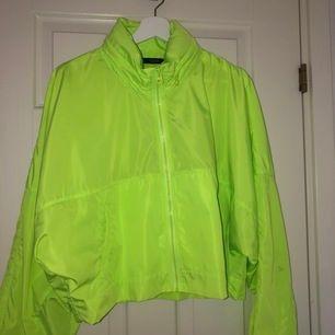 Säljer denna jacka som är oversized på mig som har S. Finns två fläckar som finns med på bilderna men de går nog bort i tvättmaskinen. Den har även en luva som man kan fälla in i kragen med dragkedja. Finns i Hässleholm men kan skickas mot fraktkostnad!
