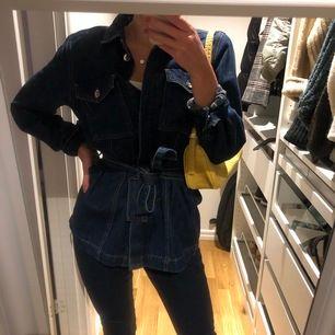Skit snygg jeansjacka med knyte i midjan från Gina Tricot! Strl M men passar bra på mig som vanligt vis har strl XS