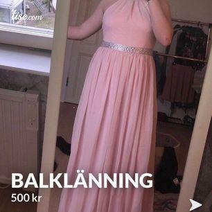 Ljusrosa Balklänning från bubbleroom, använd en kväll. Jag hade platta skor så att klänningen är uppsydd till min längd (166) den är i storlek M och är korsad i ryggen. Köpt för 1000kr.  Kan du ej mötas upp tillkommer frakt!