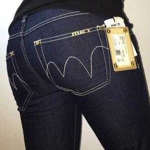 skitballa low waisted met-jeans!! dessa e sprillans nya med lapparna kvar, kostade 1400kr i nypris så detta e ett kap🤩 såå mkt y2k vibes💖 modellen e 165 cm & har w24 i byxor. mått: midja: ca 74 cm innerbenslängd: 82,5 cm frakt 63 kr💫
