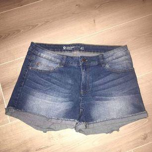 Shorts storlek 40, använda 2-3 ggr. Finns inget att anmärka på. Pris: 45 kr + porto 42 kr