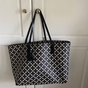 Så fin Marlene Birger väska, köpt för 2.299 kr för ungefär 1,5 år sen. Lite sliten i banden men inget som jag själv stört mig på, är öppen för förslag på priser