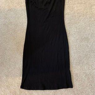 Simpel men fin svart klänning från Gina i stl s