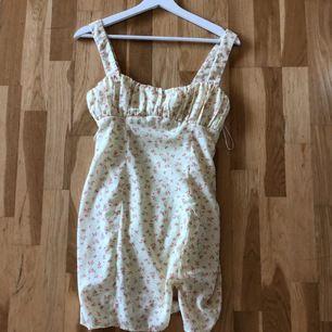 gul superfin klänning. modellen är samma som på bild 2, det är dock den gula jag säljer (hitta ingen bild på den gula) Endast andvänd 1 gång men är tyvärr inte stor för mig. buda från 250+frakt (just nu 400 (+frakt)