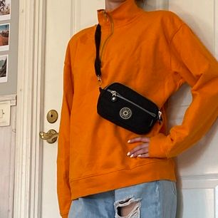 Overzised Sweater med zip up krage i super fin orange färg, storlek S i bra kvalitet