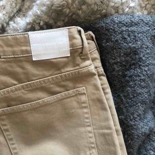 Säljer mina beiga jeans från weekday i modellen lash! Säljer den pågrund av att jag inte får användning av dem länge. Knappt använda, skick 10/10