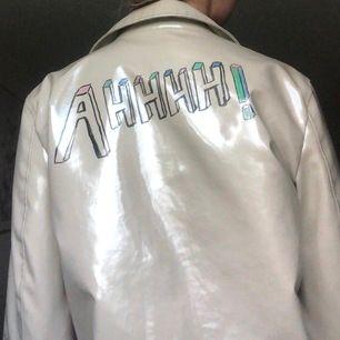 """Säljer min egen-designade jacka, ursprungligen från Zara MAN. Pris kan diskuteras och köpare står för frakt! Skulle dessvärre råda dig som köper att undvika regn då trycket kan förstöras lite - bli """"svagare"""". Passar allt från xs-m. Superbra skick!"""