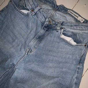 Jättefina ljusare blå jeans från Carin Wester, bra skick endast använda fåtal gånger! Lite utsvängda nertill. Storlek 36, passar även 34 om man vill ha dom lite större!