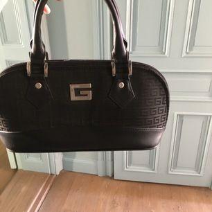 Jättefina läder väska med fint mönster och köpt begagnad i Göteborg pris kan diskuteras💗möter upp och skickar💗