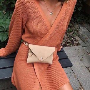En riktigt mysig stickad klänning (går att ha som cardigan också) från hannalicious kollektion för na-kd. Endast använd 2ggr. Mjukt material och lite oversized i armarna. Köpare står för frakt! Obs bilden är lånad av @linneawidmark Magväskan ingår ej